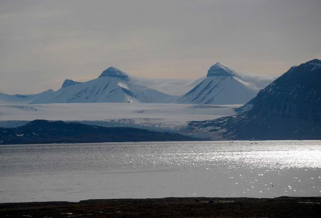 Bergstopparna tre kronor med namnen Svea, Dana och Nora på Svalbard i Arktis. Arkivbild.