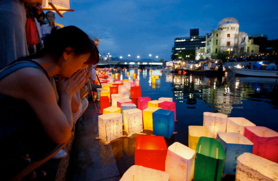 En stilla bön En kvinna ber medan tusentals papperslyktor flyter i Motoyasufloden i Hiroshima, på årsdagen av bomben.