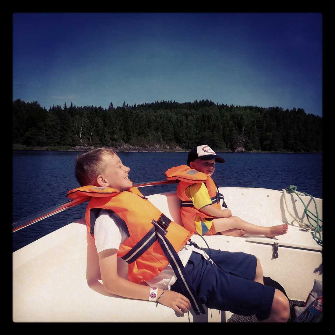 Anna-Lena Sixten njuter av båtturen i farfars båt