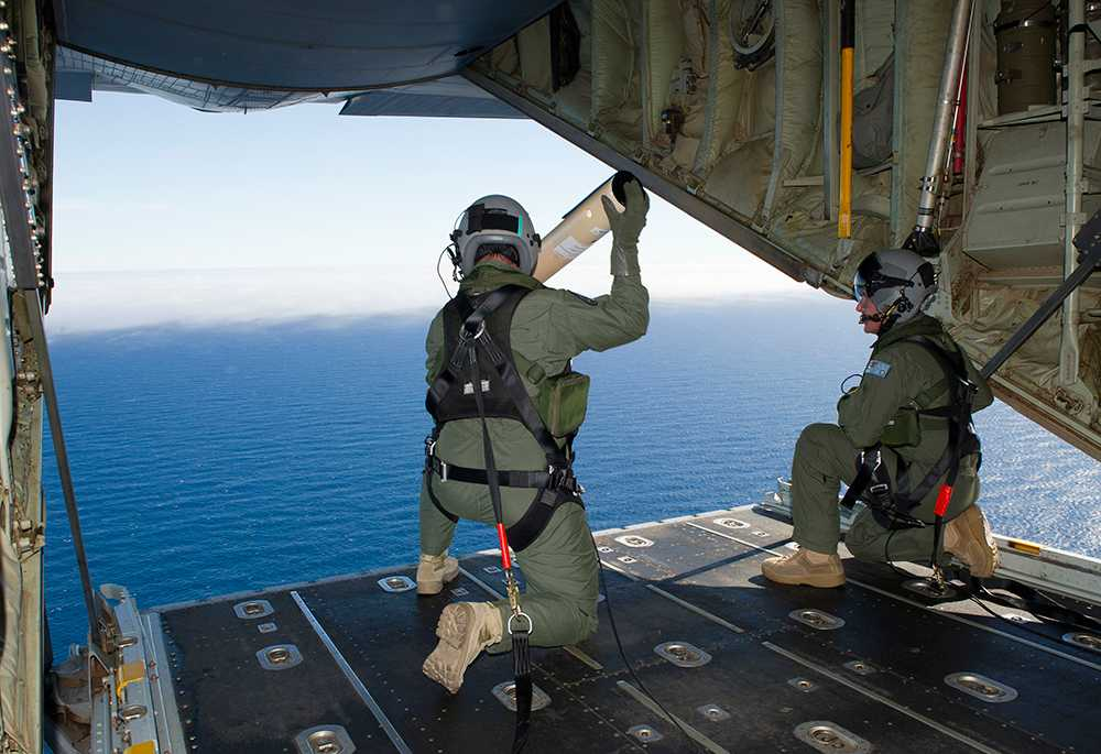 Australien skickade senare fem plan för att söka i området där MH370 tros ha försvunnit.