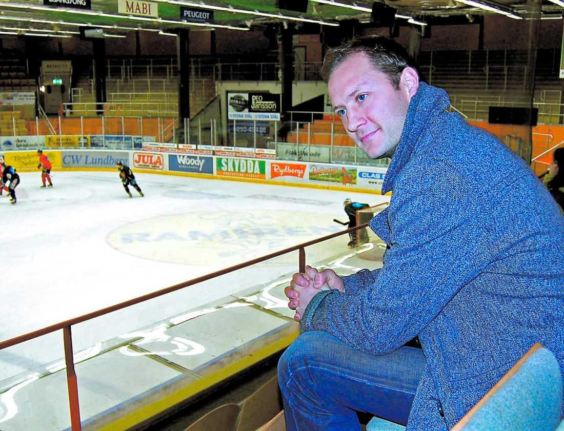 BÄNKAD I fortsättningen blir det läktarplats för Magnus Arvedson om han vill se Moras A-lag spela hockey. Arvedson blir den fjärde tränaren som får sparken den här säsongen.