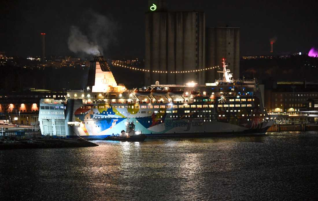 Passagerarfärjan Princess Anastasia bogseras in till Värtahamnen