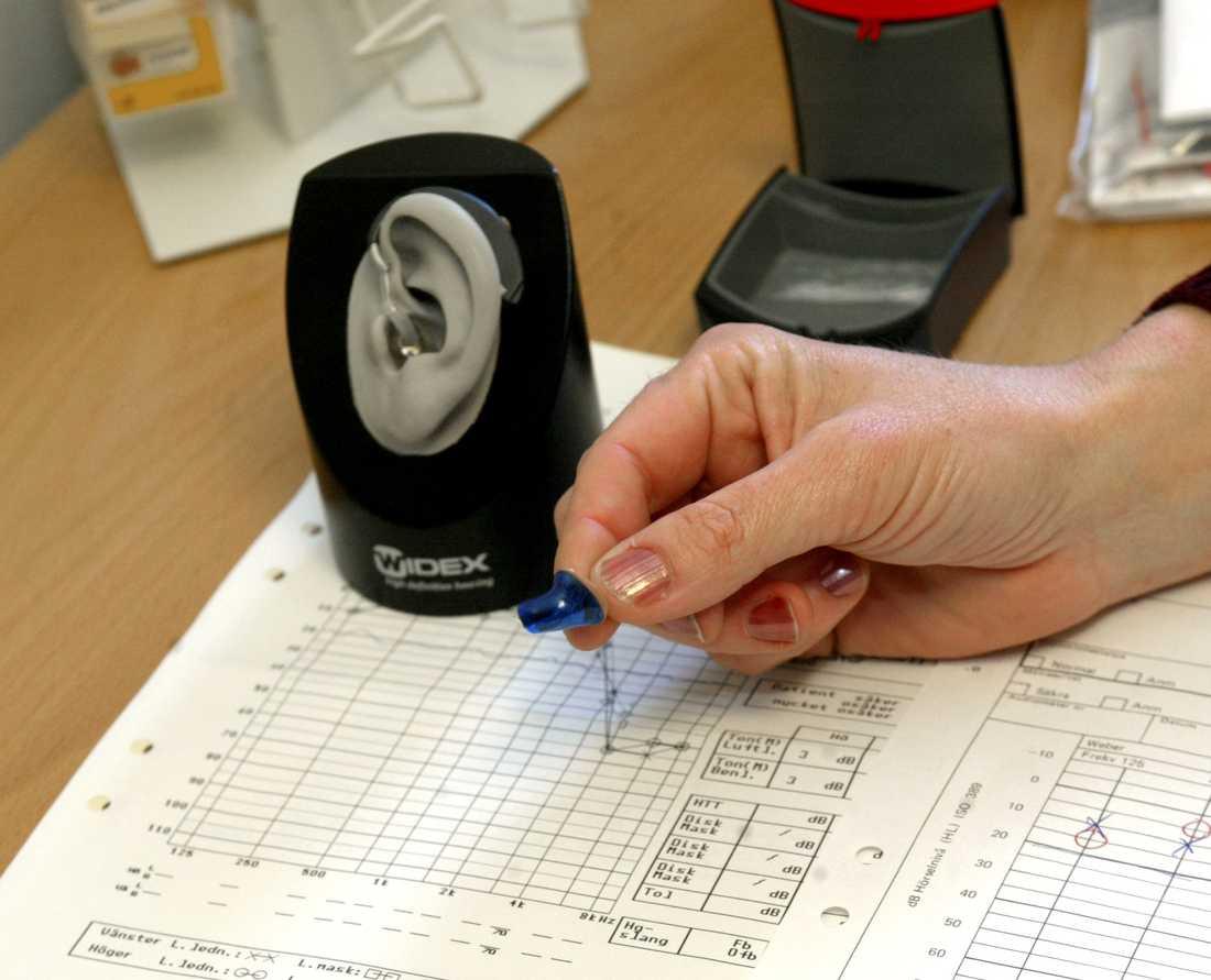 Utprovning av hörapparat. Många väntar alldeles för länge med att kolla sin hörsel, enligt Hörselskadades riksförbund. Arkivbild.