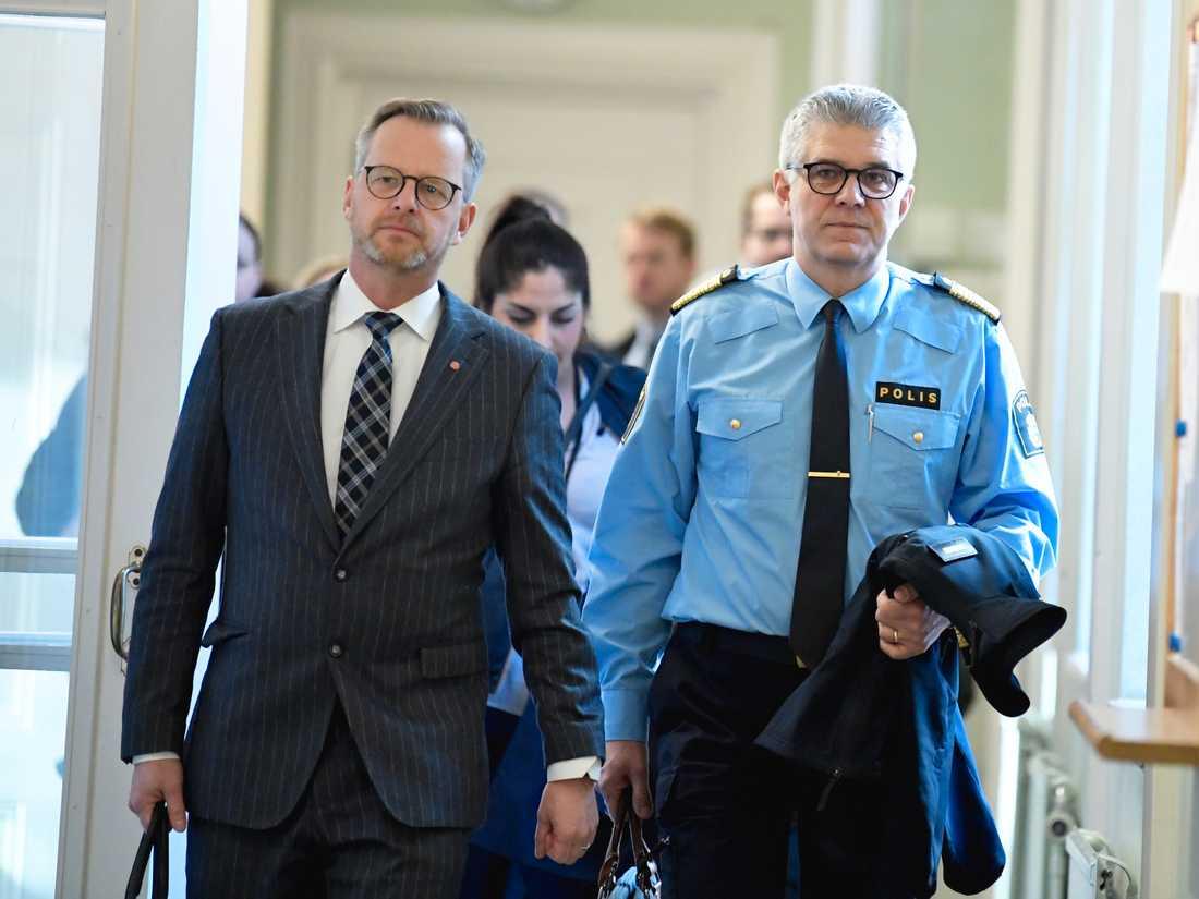Inrikesminister Mikael Damberg (S, till vänster) och Rikspolischef Anders Thornberg anländer till justitieutskottets möte i riksdagen.