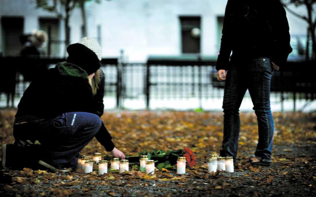 Den 16-årige pojken ligger svårt skadad på intensiven, nedsövd och med respirator. På platsen för den brutala misshandeln samlades i går hans vänner och andra som ville manifestera mot våldet.