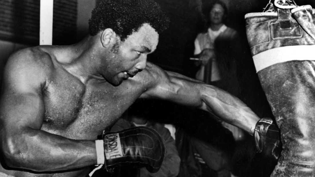 """George Foreman (1949-) tränar inför en av sina matcher. Foreman är kanske mest känd för att ha knockat Joe Frazier 1973 och för sin förlust mot Muhammad Ali i """"Rumble of the Jungle"""" 1974. Foreman blev den äldste mästaren när han 45 år gammal knockade Michael Moorer 1994."""