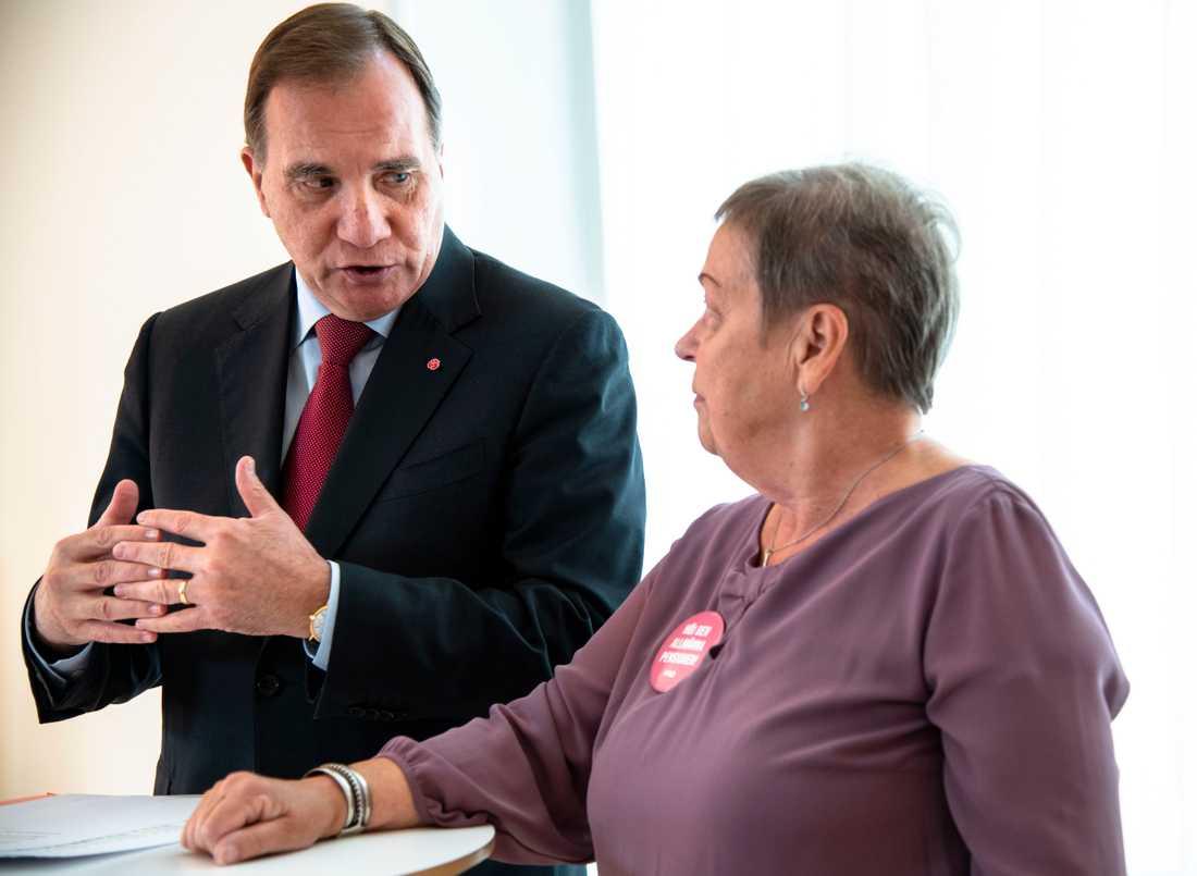 Stefan Löfven träffar Christina Tallberg, ordförande i PRO som lämnar knappt 75 000 namnunderskrifter i protest mot låga pensioner.
