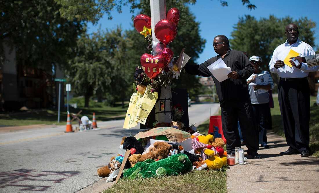 Upplopp i Missouri, USA efter att tonåringen Michael Brown  blivit skjuten av polis. Folk lägger blommor på platsen det hände.