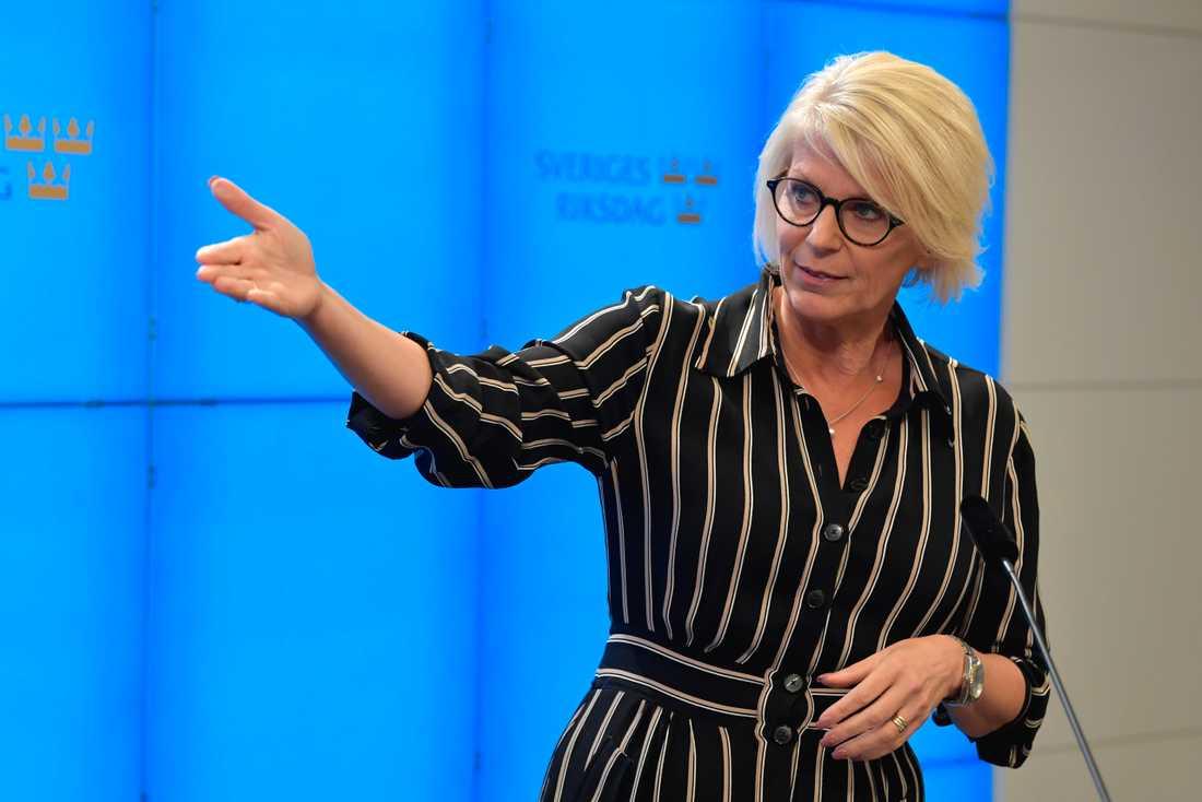 Elisabeth Svantesson (M) kommenterar regeringens budgetproposition under en pressträff i riskdagen.