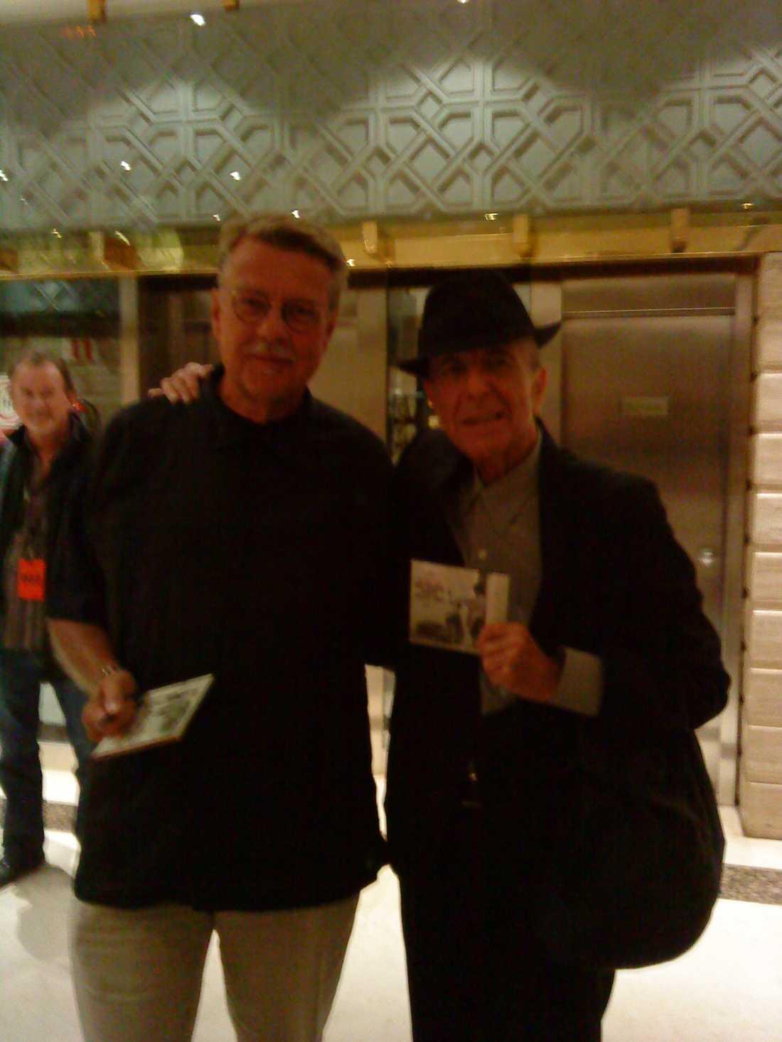 Mikael Wiehe med Leonard Cohen på ett hotell i Granada, 2009. Foto: Maya Wiehe