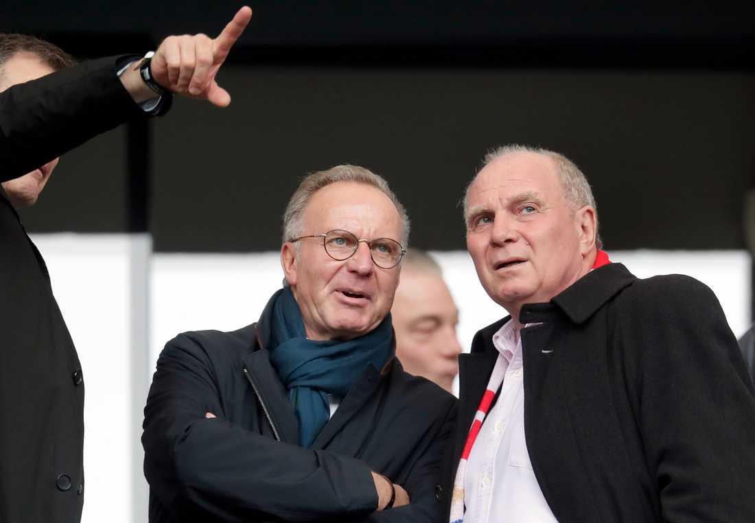 Bayern Münchens president Uli Hoeness till höger.