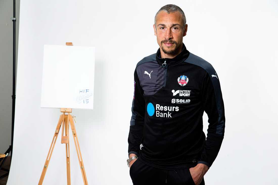 KONSTNÄREN LARSSON Henke fattar kritan och målar en tavla för Cancerfonden.