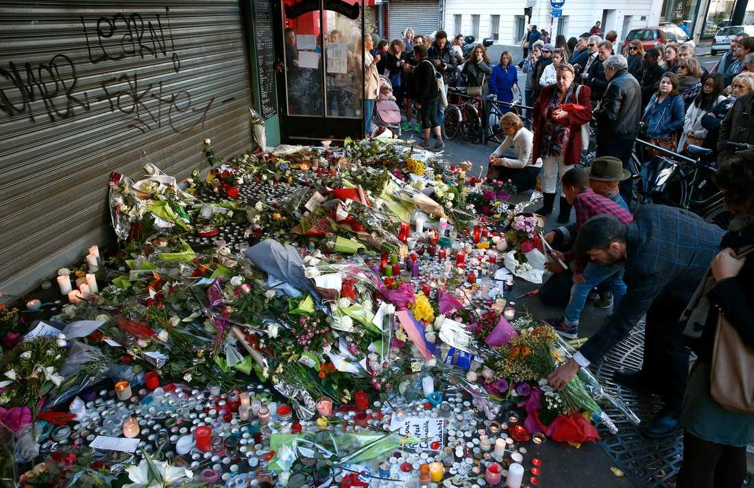 Parisare hedrar dödsoffren.