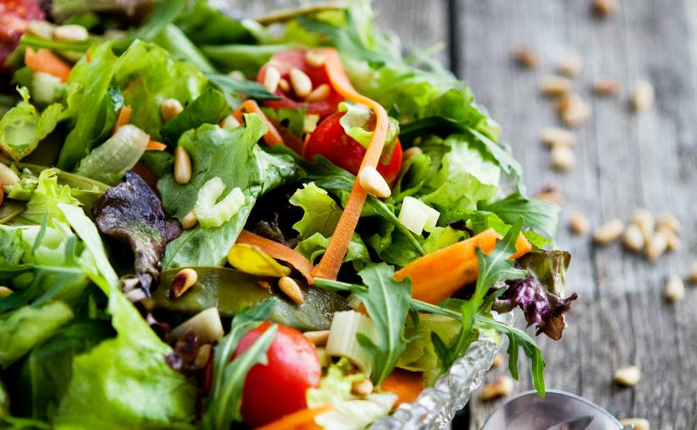 Blandsallad med grönsaker och rostade pinjenötter