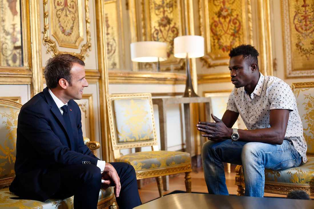 Frankrikes president Emmanuel Macron möter Mamoudou Gassama, 22, från Mali som räddade en fyraåring som hängde ut från en balkongen.