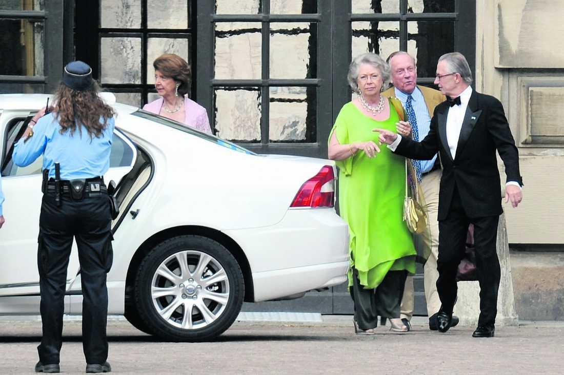 Kungens systrar prinsessan Désirée och prinsessan Christina. Bakom Desirée står prinsessan Birgittas man prins Johann George av Hohenzollern och pratar med Christinas man Tord Magnusson.