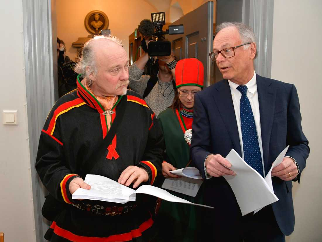 Matti Blind Berg, Girjas samebys ordförande, och Peter Danowsky, Girjas advokat, läser domslutet i Högsta domstolen den 23 januari.