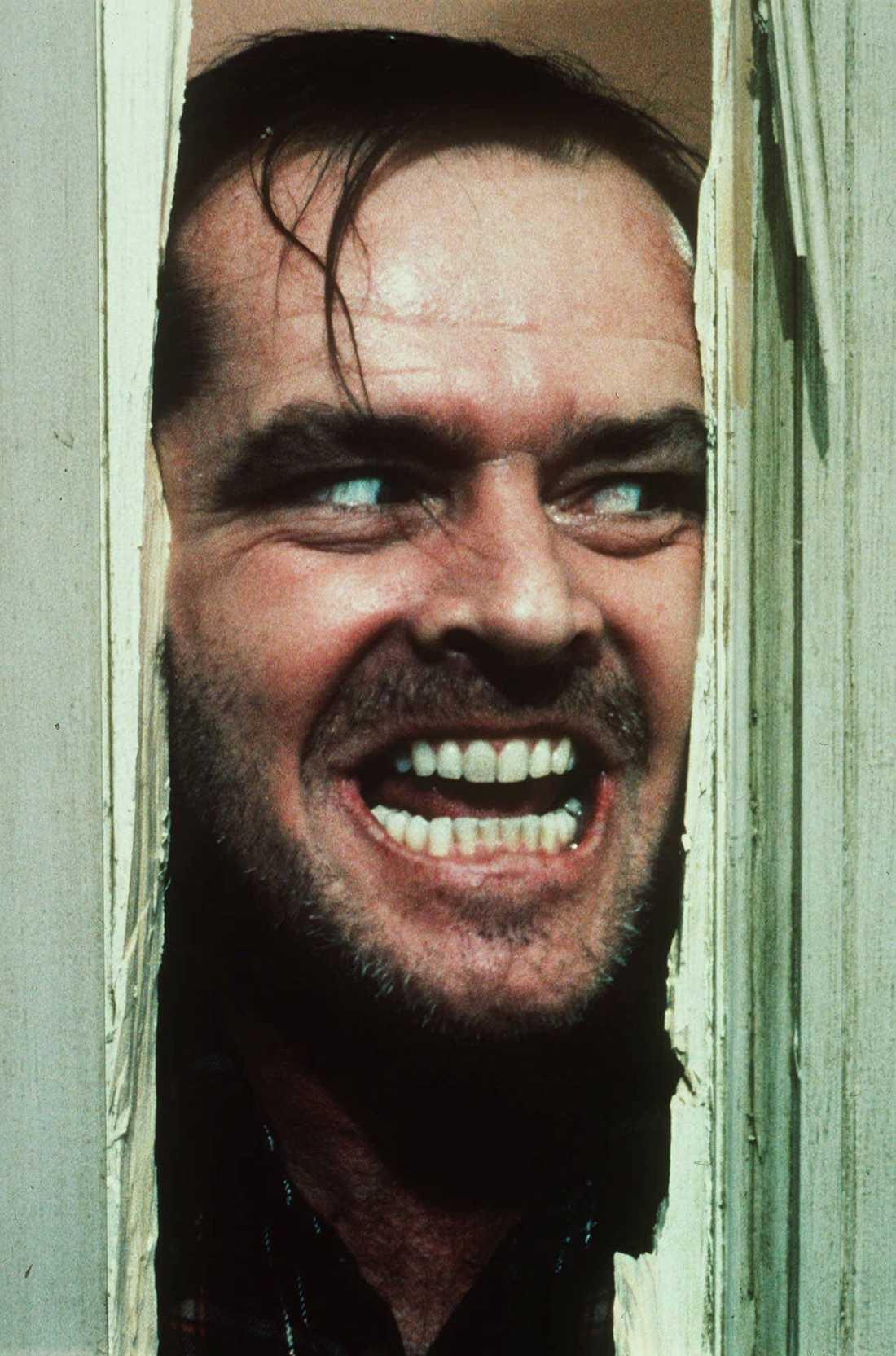 """1 The shining Inspelningsår: 1980. Skådespelare: Jack Nicholson, Shelley Duvall, Danny Lloyd. Handling i korthet: Familj tillbringar vintern på ett ödsligt beläget hotell hemsökt av onda krafter. Klassisk scen: Jack Nicholsons rollfigur hugger sönder dörren med en yxa och väser """"Here's Johnny!""""."""