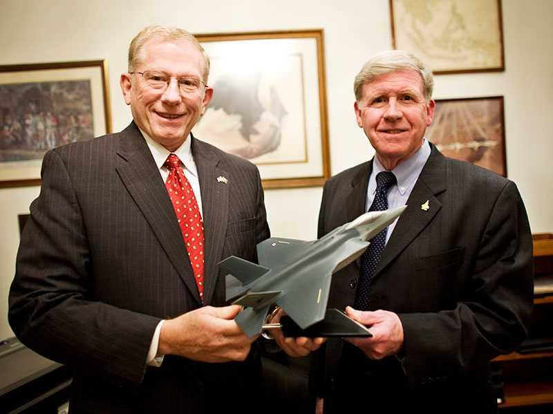 de vann striden Lockheed Martins Dana B Pierce och James D Latham jublar över att företaget har vunnit affären med Norge i november 2008. Därmed är den svenska Jas-affären officiellt ett fiasko.