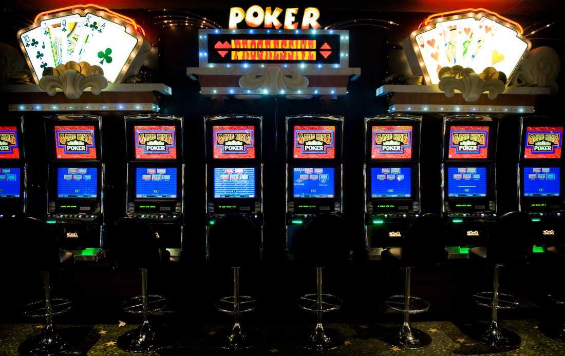 Spelmaskiner på Casino Cosmopol. Bilden har ingen koppling till artikeln.