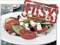Grekisk sallad med fetaost, mmm. Vi frågar, under förevändning av komjölksallergi, om det verkligen är fetaost som ska vara gjord på får- eller getmjölk och producerad i Grekland. –?Nej, det är komjölk, svarar servitören efter en kontroll av förpackningen.