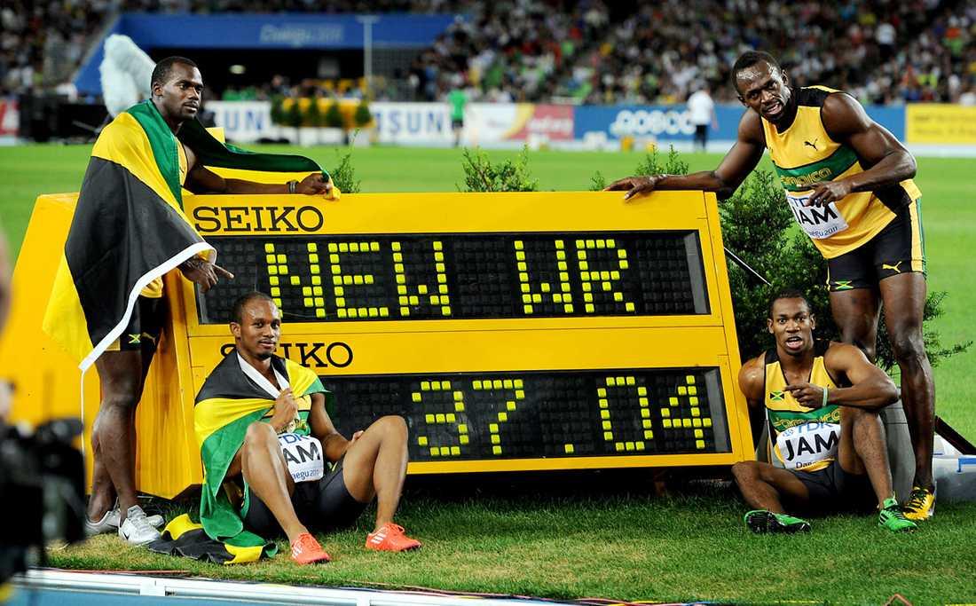 VÄRLDSREKORD Den nya rekordtiden på 4x100 meter lyder 37,04.