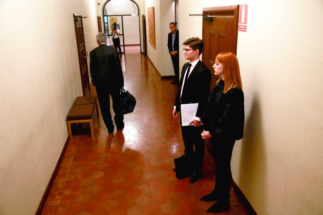 Cissi Wallin väntar på att få gå in i rättssalen under huvudförhandlingen i förtalsmålet emot henne i november. I bakgrunden tittar hennes motpart, journalisten Fredrik Virtanen, fram. Arkivbild.