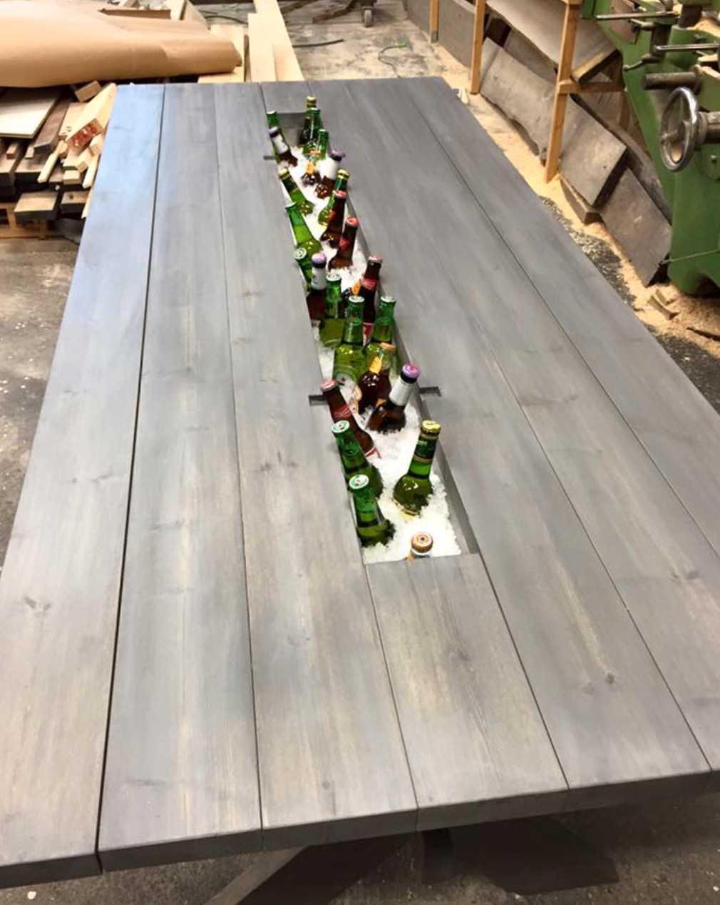 Bordet har en inbyggd behållare för is och dryck.