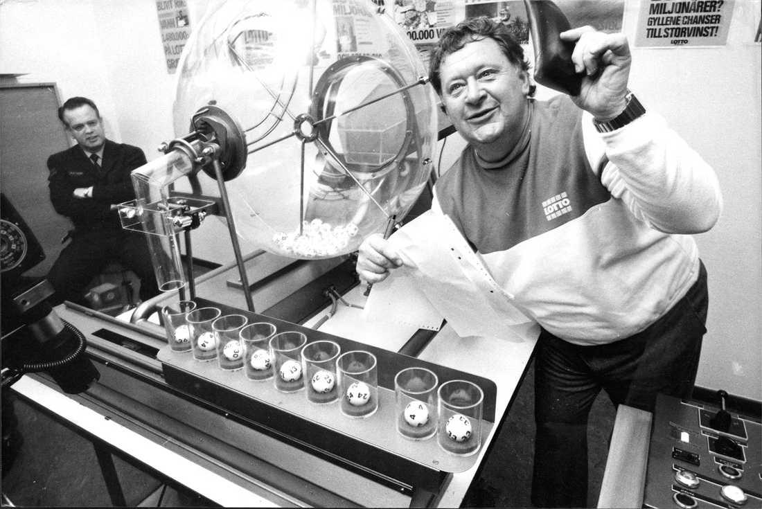 Som marknadsdirektör och ansikte utåt Björklund hade en stor del i Tipstjänst framgångar. Här drar han de rätta numret till en Lottorad.