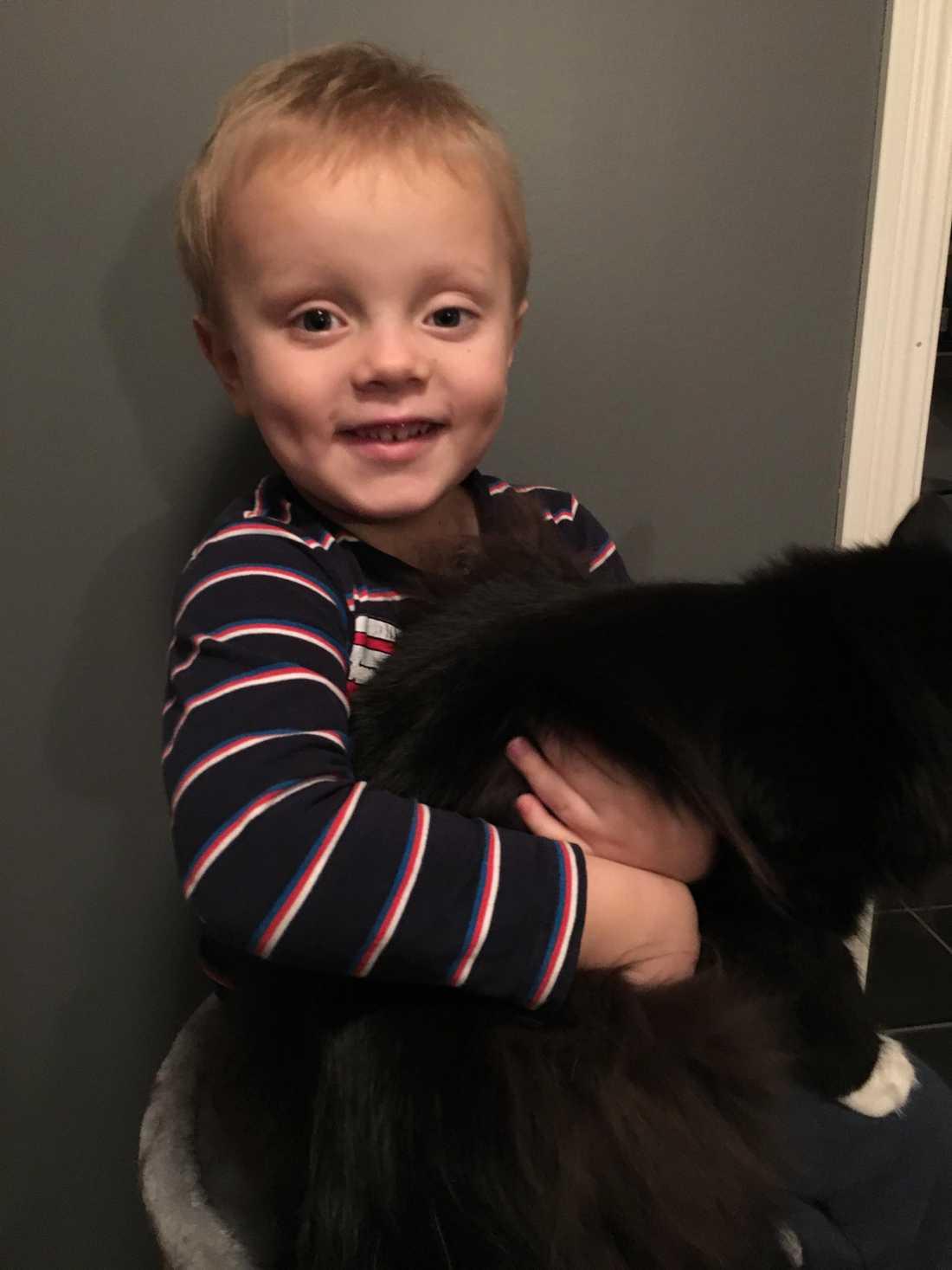 Samuel med sin katt Lakrits.