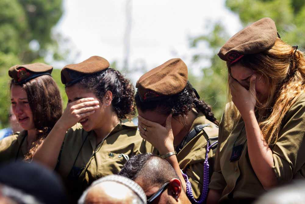 Israeliska soldater sörjer Tzafrir Bar-Or, en israeliska soldat som stupade i striderna 20 juli.