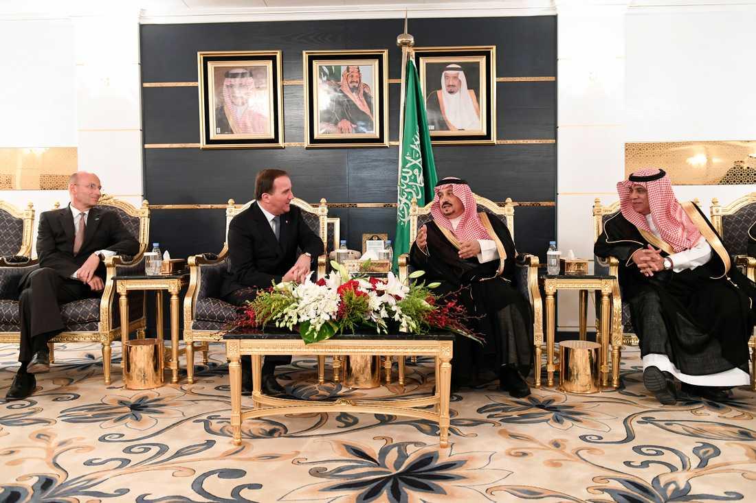 Sveriges ambassadör i Saudiarabien Jan Knutsson, statsminister Stefan Löfven, Riyadhs guvernör Faisal bin Bandar Al Saud (närmast Löfven) och Saudiarabiens handelsminister vid välkomstceremonin då statsministern på lördagskvällen anländer till Saudiarabiens huvudstad Riyadh.
