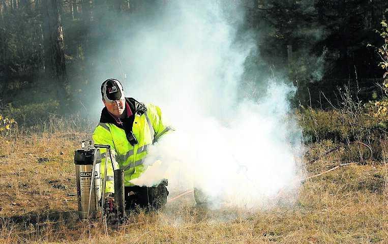 Konstgjord dimma pumpas ut över inspelningsplatsen.