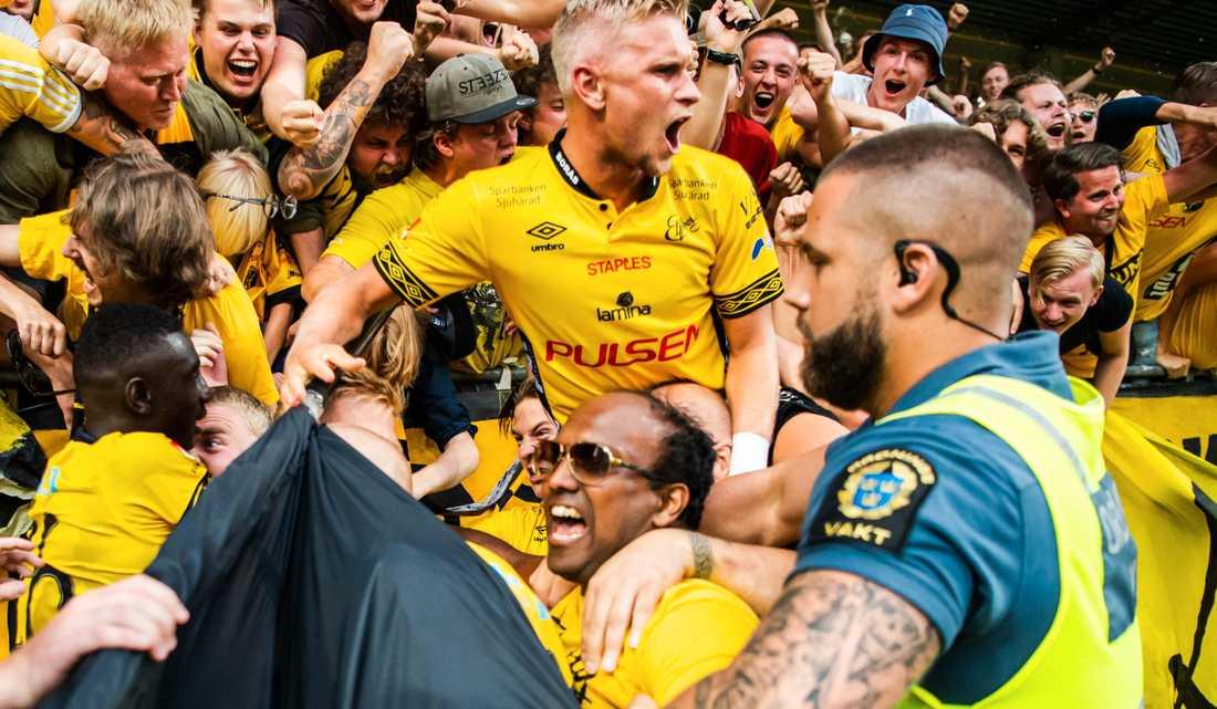 Anders Hultin, längst ner i mitten av bilden, under firandet efter Elfsborgs sena avgörande mot Kalmar förra sommaren.