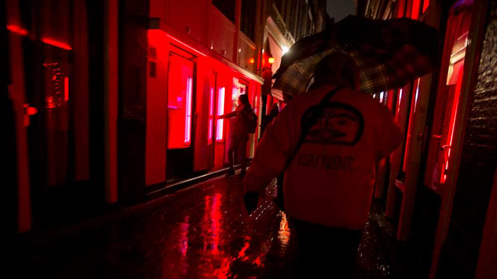 Reglerna skärps för turistguider i Amsterdams Red Light District.