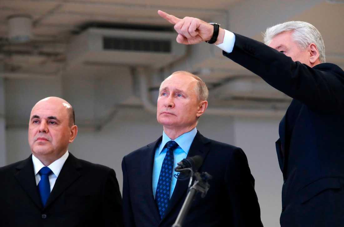 Rysslands president Vladimir Putin (i mitten) besöker ett nytt center för övervakning av coronavirus i Moskva. Bilden togs i tisdags.