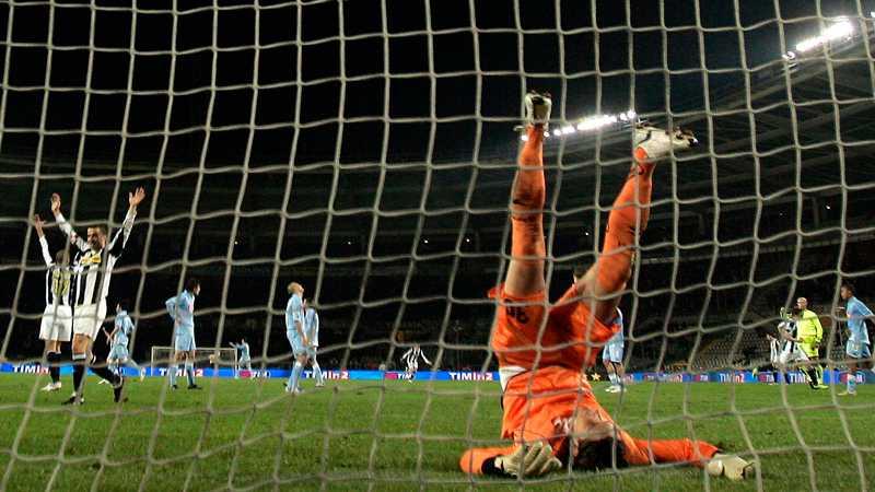 Napolis målvakt Nicholas Navarro på fall vid Juventus segermål.