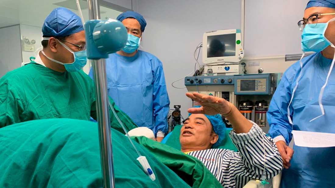Simon Yam vårdas på sjukhus för sina skador efter attacken i staden Zhongshan.