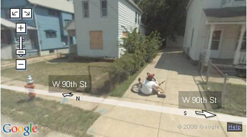 En pojke ramlar med cykeln – precis bredvid Googlebilen. Cleveland, Ohio, USA
