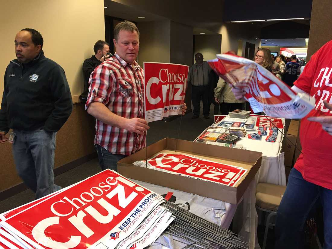 Vid ingången får alla röda klisterlappar med Cruz namn på.