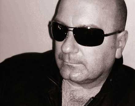 Den brittiske musikjournalisten Mick Wall har skrivit flera musikbiografier.