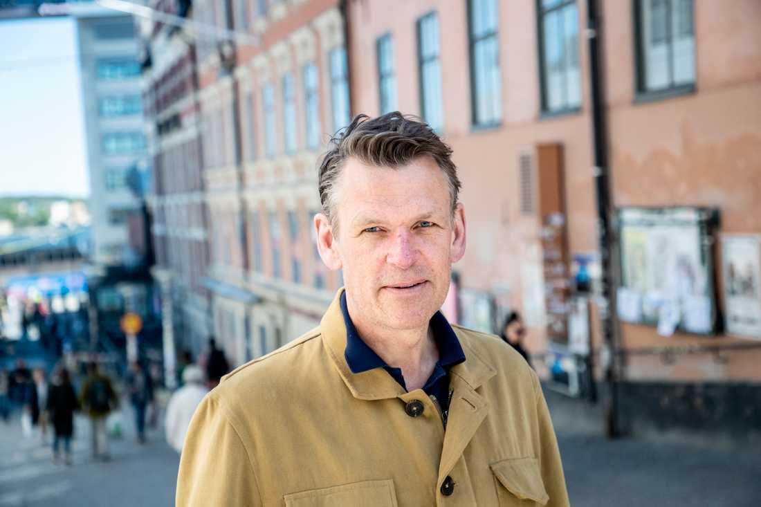 Peter Nilsson tycker att de som åker elsparkcykel behöver bli bättre på att följa trafikregler.