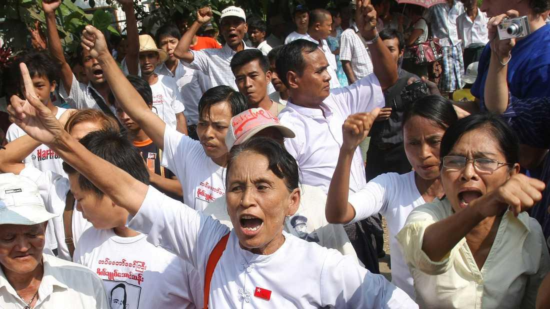 2010 Anhängare till demokratikämpen och nobelpristagaren väntar på att hon ska släppas.
