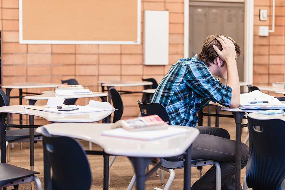 Rekordmånga gymnasieelever får studiebidraget indraget på grund av skolk.