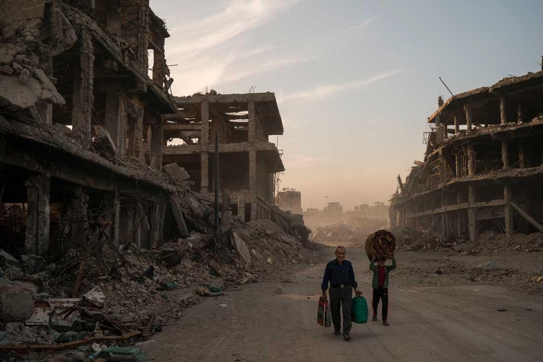 Det har gått ett år sedan Bagdad utropade seger mot IS – efter en förödande kamp. På bilden syns Haidr och Abdullah som flyttade tillbaka till Mosul efter det att extremisterna drivits ut från den irakiska staden. Bild från november 2017.