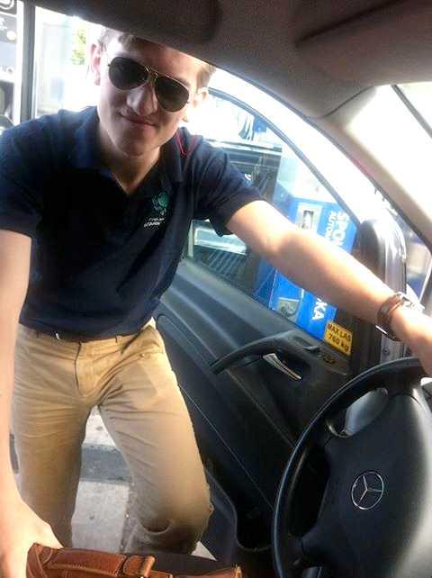 Hugo Selling, ordförande för Högerjuristerna,  chaufför på en av bussarna på den kritiserade strejkbrytarlinjen Amaltheabussarna. Foto: Fria moderata studentförbundet
