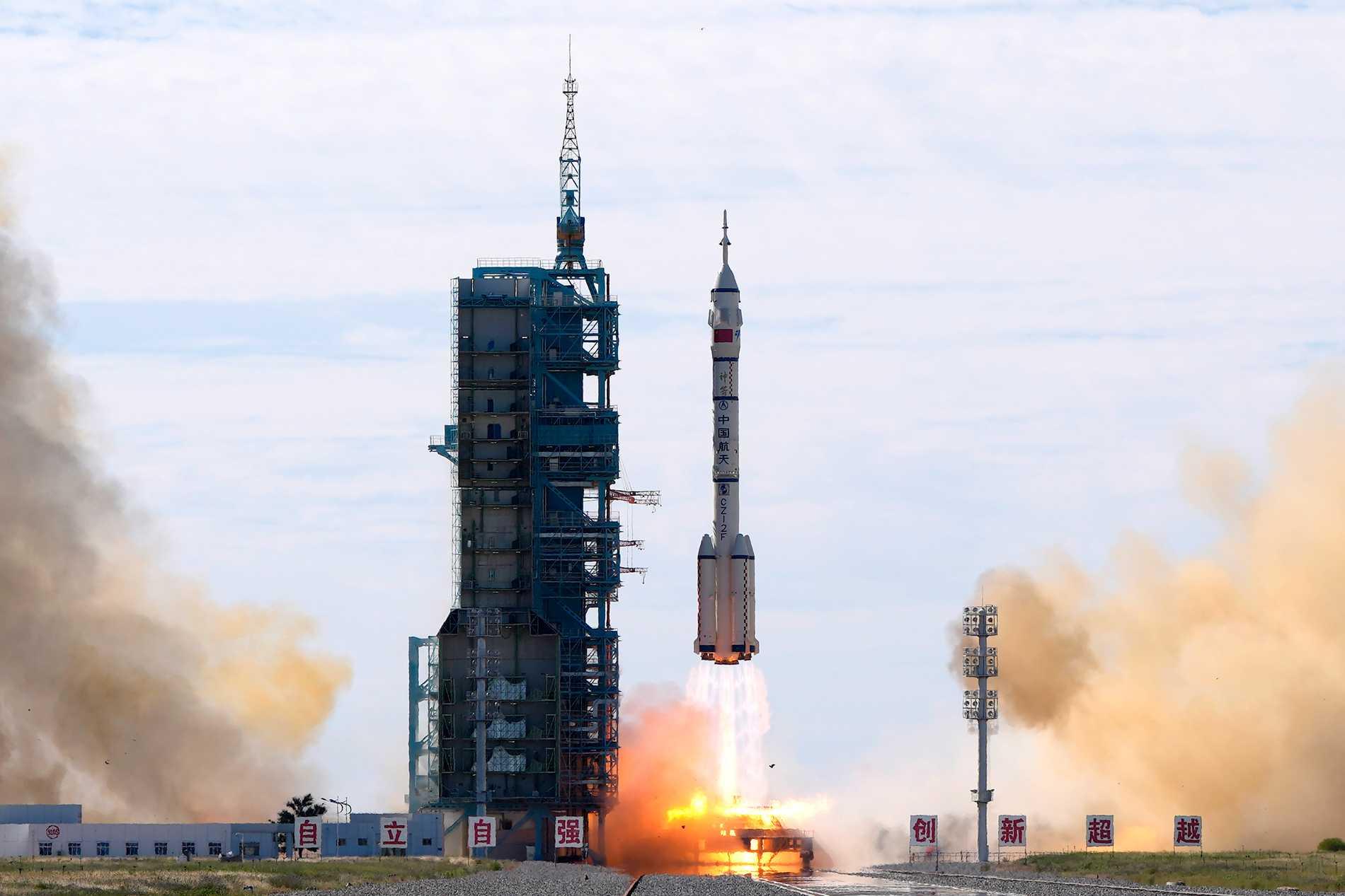 Raketen lämnar sin avfyrningsramp på väg upp mot rymden.