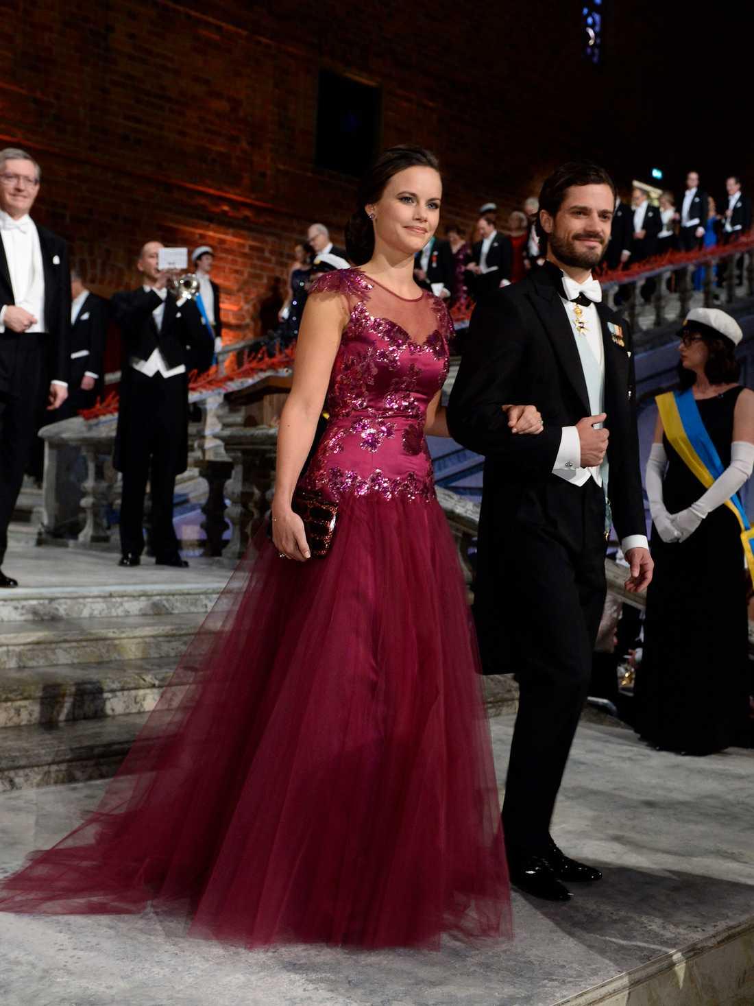 Spets, tyll och broderier – Sofia bar denna klänningen från Ida Sjöstedt på nobelfesten 2014. Håret var samlat i en knut baktill med ett matchande hårsmycke.