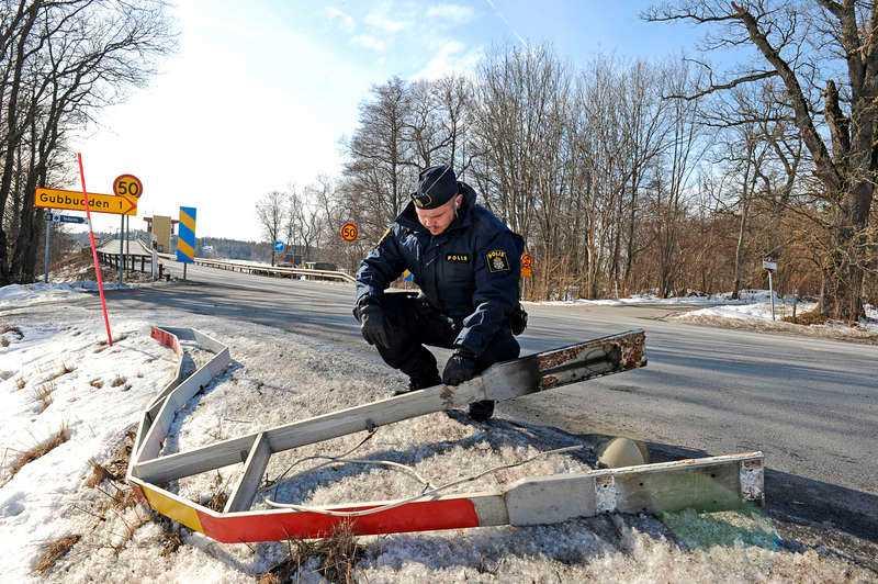 Det utreddes om polisen agerade rätt när man öppnade Hjulstabron för att få stopp på bensintjuvarna. Enligt flera vittnen är det inte första gången.