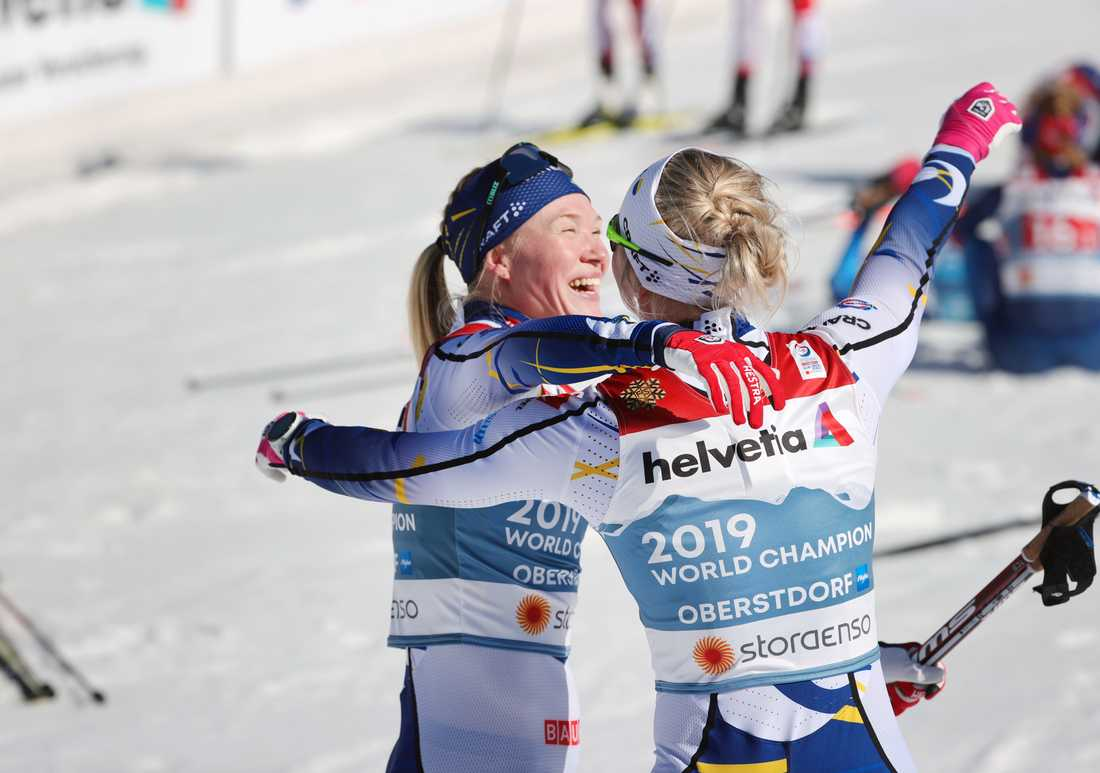 Jonna Sundling och Maja Dahlqvist omfamnar varandra i en guldkram.
